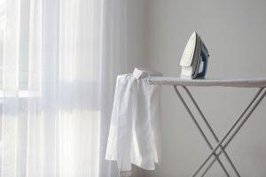 Hemden von links bügeln