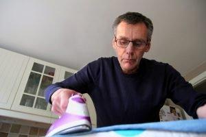 Im Alter Hemden bügeln