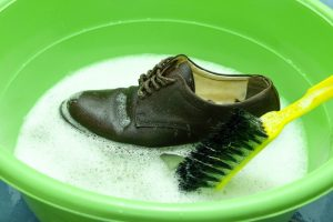 schuhe richtig waschen mit diesen tipps die schuhe richtig putzen. Black Bedroom Furniture Sets. Home Design Ideas