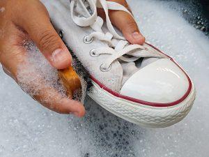 weiße Schuhe putzen