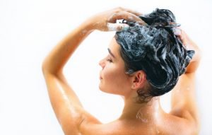 Rasenflecken mit Shampoo entfernen