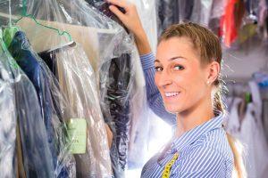 Berufsbekleidung in die Reinigung geben