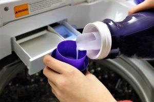 Handwäsche mit Waschmittel