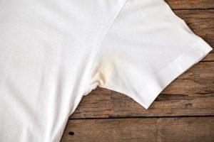 harte gelbe Deoflecken entfernen aus Kleidung oder T shirt
