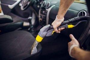 Dampfreiniger auf Autositz