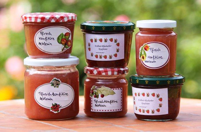 Marmeladengläser mit Etiketten