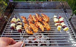 grill verschiedene nahrungsmittel hand