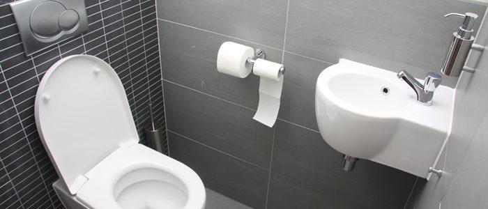 kleines Bad mit WC und Waschbecken