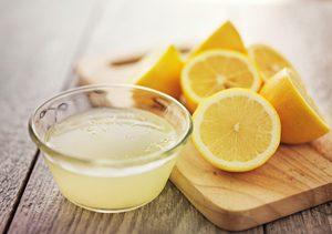 Zitronen auf Brett und Saft