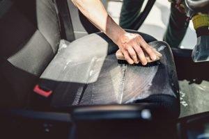 Auto waschen mit Schwamm