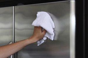 hand poliert kühlschrank mit tuch