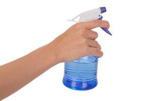 hand mit sprühflasche