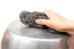hand reibt topft mit stahlwolle
