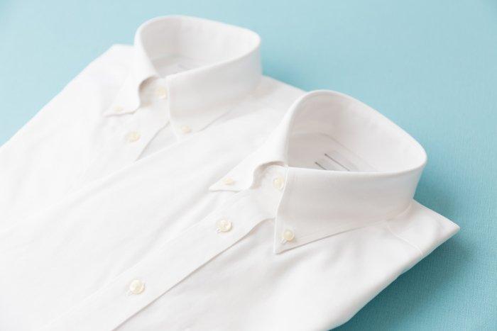 weiße hemden auf blauen grund