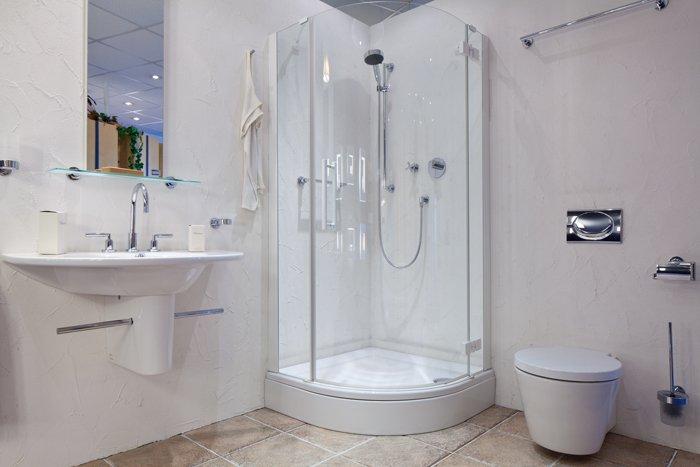 Badezimmer mit Dusche mittig im Bild