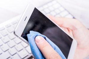 Hände reinigen Display mit Mikrofasertuch
