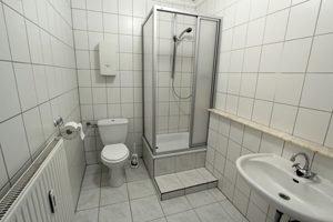kleines Bad mit Duschkabine aus Kunststoff