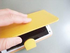 Smartphone in einer braunen Hülle