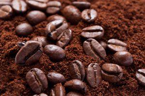 Kaffeepulver mit Kaffeebohnen