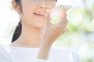 Frau spricht in ihr Smartphone