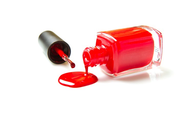 roter Nagellack läuft aus