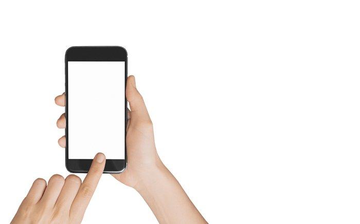 zwei Hände halten glänzendes Smartphone auf weißem Grund