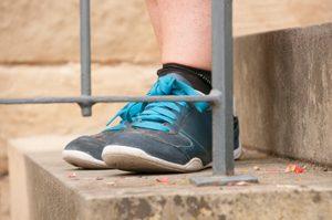 Füße in Sportschuhen auf einer Treppe