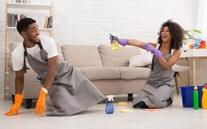 junges Paar albert beim Putzen herum