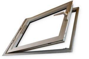 Fensterrahmen aus Aluminium auf weißem Grund