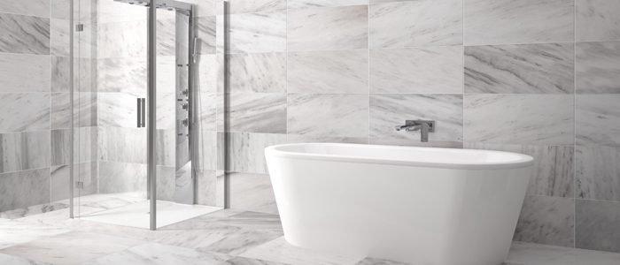 schlichte weiße Badewanne in hellgrauem Badezimmer