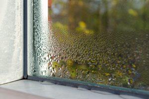 Fensterecke mit Wassertropfen auf den Dichtungen