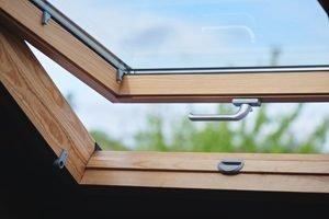 Dachfesnter mit Holzrahmen, halb geöffnet