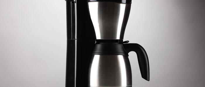 Kaffeemaschine auf grauem Grund