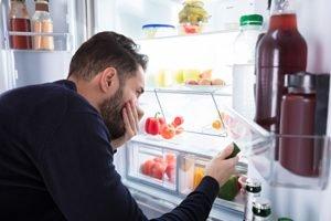Mann bemerkt unangenehmen Geruch im Kühlschrank