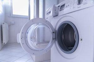 Waschmaschine mit offener Tür und offenem Waschmittelfach