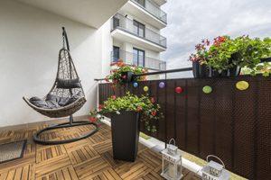 gemütlicher Balkon mit Holzboden