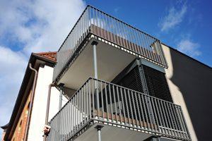 metallene Balkongeländer an einem Neubau