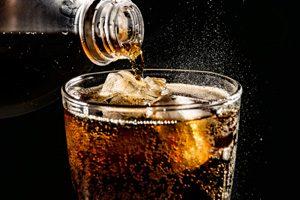 Cola wird in Glas geschüttet