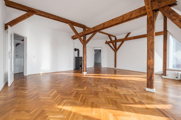 Zimmer mit schönem Parkett und Stützbalken