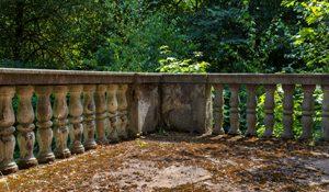 alter Balkon mit viel Moos