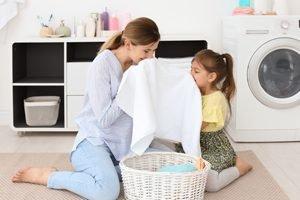 Mutter und Tochter schnuppern an frischer Wäsche