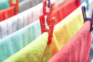 Wäsche auf Wäscheständer
