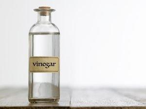 Flasche mit hellem Essig
