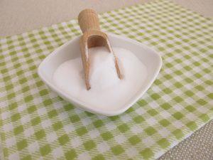 Natron in einer Schale auf einem Tisch