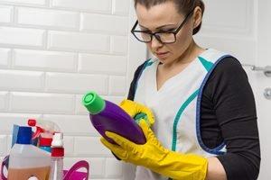 junge Frau studiert Anleitung auf Reiniger