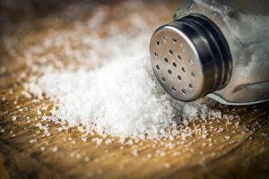 Salz und Streuer auf Holz