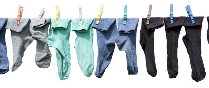 verschiedenfarbige Socken auf einer Wäscheleine