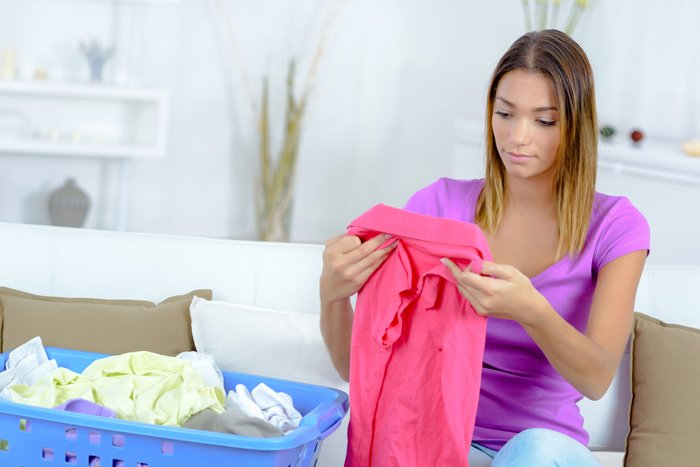 Frau sortiert Wäsche