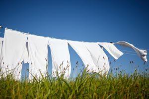 weiße Leinentücher auf Wäscheleine