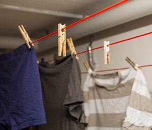 Wäsche auf der Leine im Keller